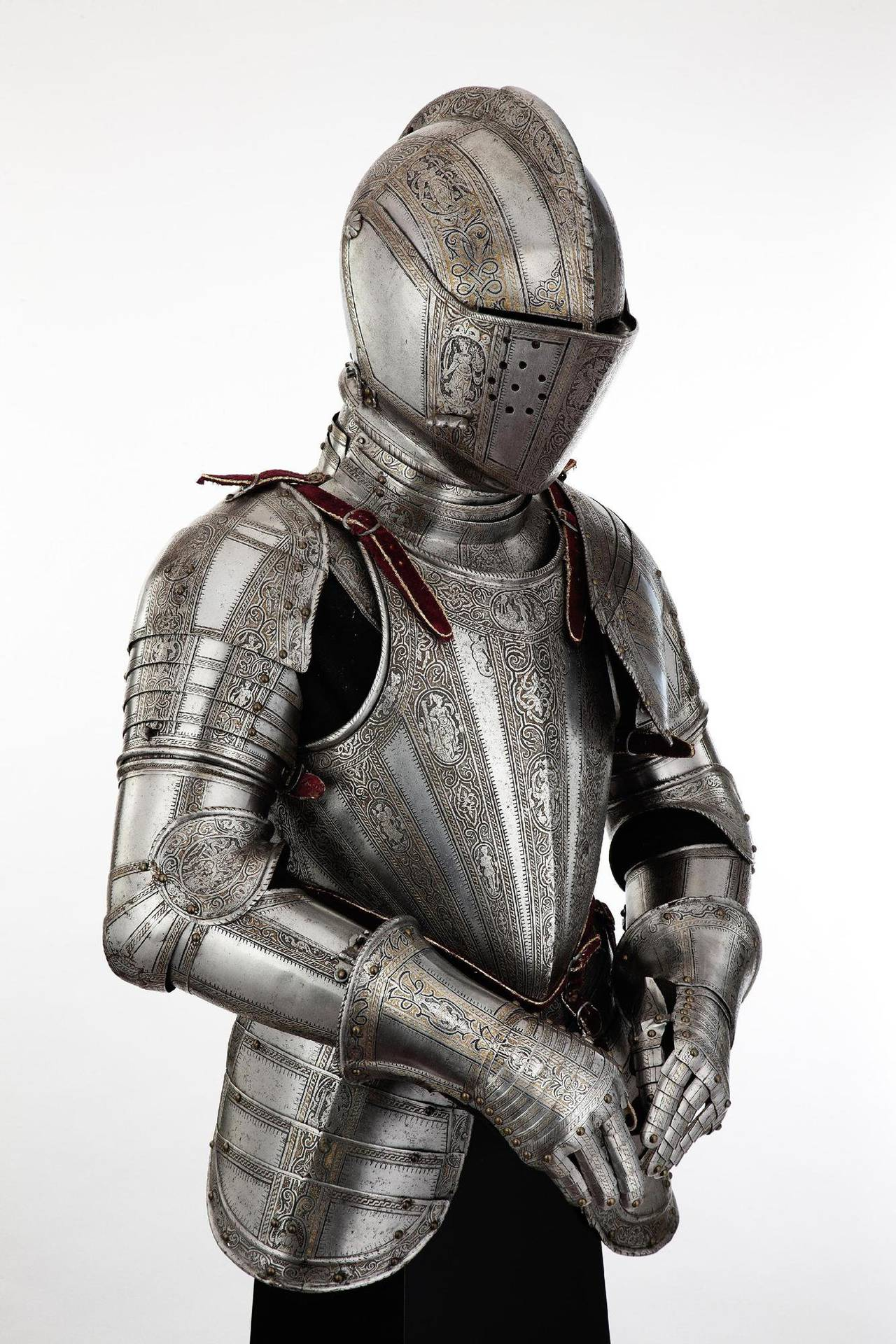 medieval armor We know that skimpy armor that shows off a woman's cleavage is rather impractical for combat and that sculpted boob plate armor can be a hazard to your health, but on occasions that women did don armor in medieval europe, what kind of armor.