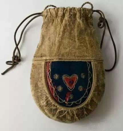 596eb32aa854 История создания женской сумки как аксессуара начинается с XII века, когда  в таких мешочках начали носить зеркальца, молитвенники, нюхательные соли,  ...